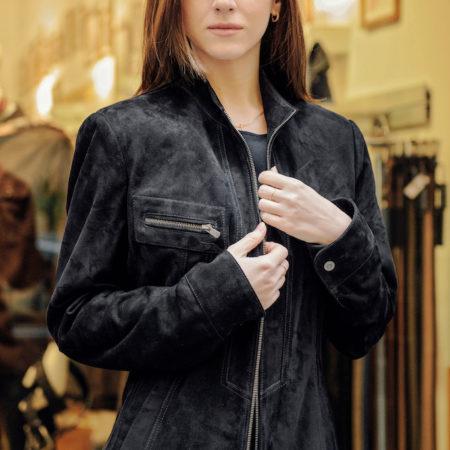 Audrey Suede è una bella giacca sportiva in scamosciato blu marina con chiusura zip centrale , tasche a toppa sulla parte superiore con cerniere. Questa giacca di pelle è piccola in vita. https://puntopelle.com/shop