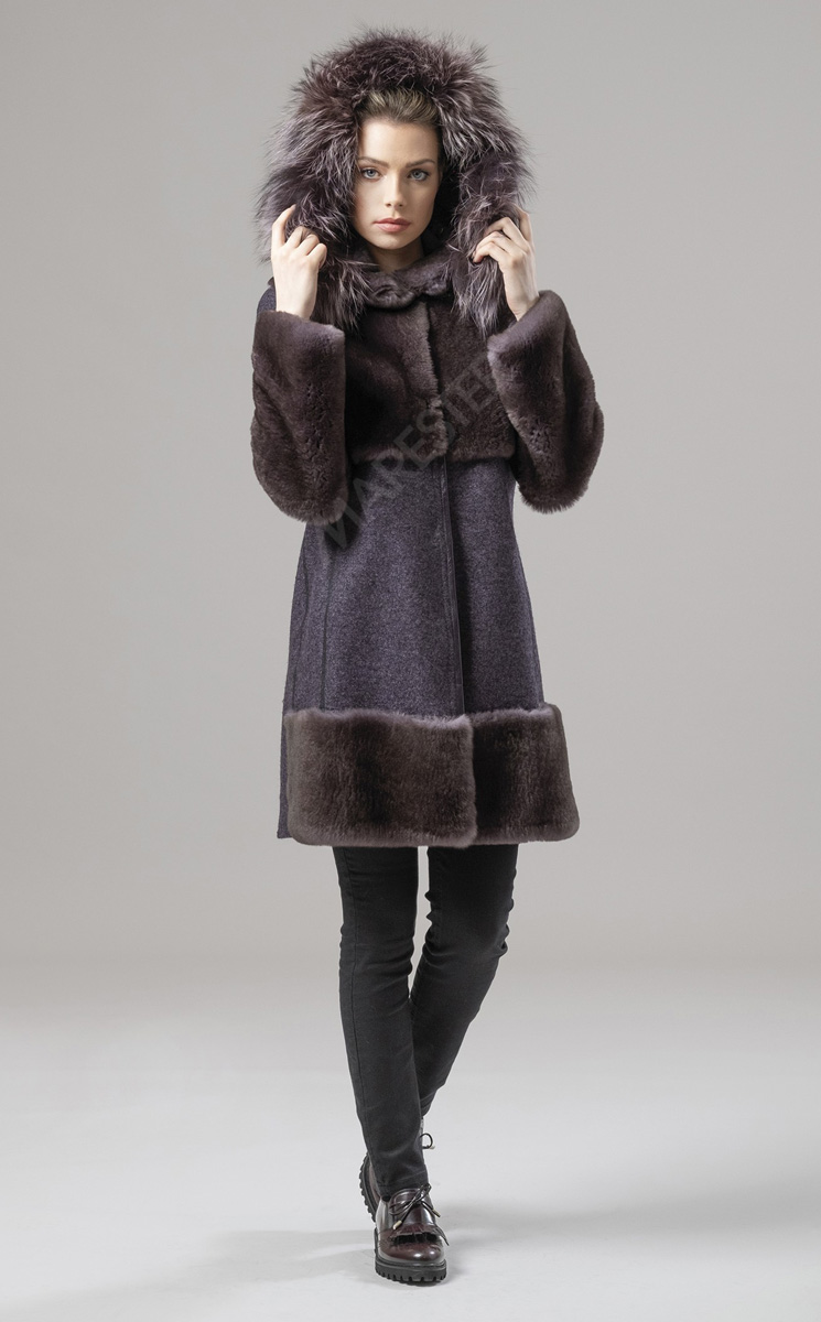 Mares Ametista is a fitted coat in part shearling and some parts in Wool and Cashemere in Loro Piana Fabric.