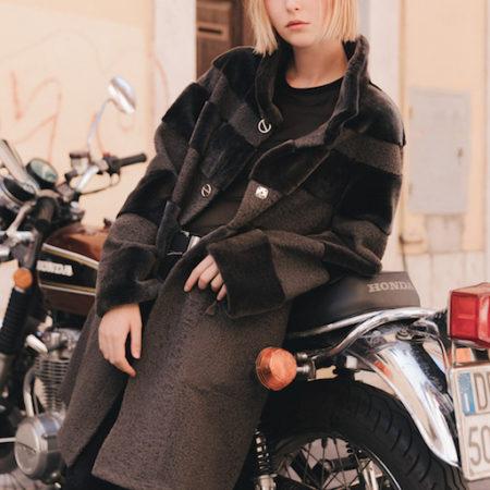 Autumn è un elegante cappotto di shearling reversibile. Facile da indossare giorno e notte. https://puntopelle.com/shop